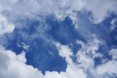Blauwe hemel en wolken stock foto