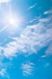 Blauwe hemel en wolken bij middag op schone lucht stock afbeelding