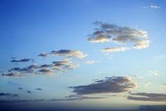Blauwe hemel en wolken bij schemer. stock foto