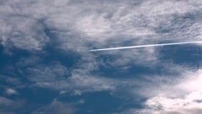Blauwe hemel en wolken Het vliegtuig die over zich kader het Mooie opstapelen gaan betrekt op een blauwe kalme hemel Statische sh stock videobeelden