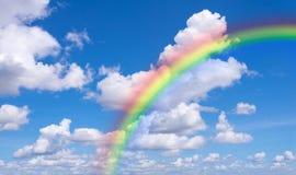 Blauwe hemel en wolken met regenboogaard voor achtergrond Stock Foto