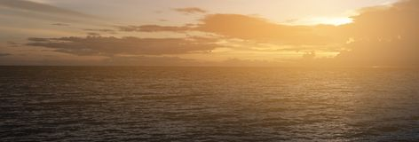 Blauwe hemel en wolken op het schot van het zonsondergangpanorama Royalty-vrije Stock Afbeelding