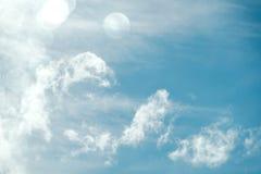 Blauwe Hemel en Wolken op Sunny Day met de Verlichting van Bokeh en van het Talent stock afbeelding