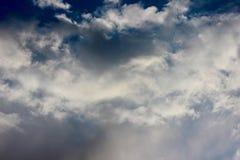 Blauwe hemel en wolkenachtergrond Stock Foto