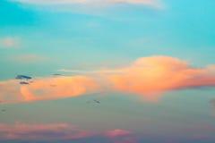Blauwe hemel en wolkenachtergrond Stock Afbeeldingen