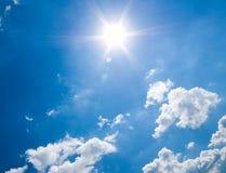 Blauwe hemel en zon. royalty-vrije stock afbeelding