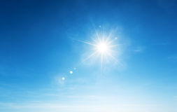Blauwe hemel en zon stock foto's