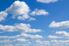 Blauwe hemel, grote en kleine wolken Stock Foto