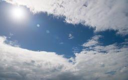 Blauwe hemel heldere zon tussen witte wolken Weervoorspellings tropisch eiland st, johns antigua Hitte tropisch klimaat royalty-vrije stock foto's