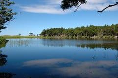 Blauwe hemel in het blauwe meer Stock Fotografie