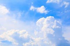 Blauwe hemel levendig met de mooie wolkenkunst van aard royalty-vrije stock afbeelding