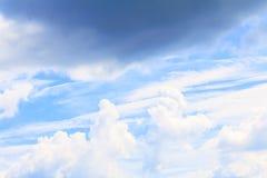 Blauwe hemel levendig met de mooie wolkenkunst van aard royalty-vrije stock foto