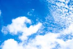 blauwe hemel met cloundachtergrond Stock Foto's