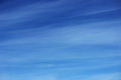 Blauwe hemel met een witte nevel van wolken Royalty-vrije Stock Fotografie