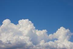 Blauwe hemel met gezwollen witte wolken heldere duidelijke zonnige dag Stock Afbeelding