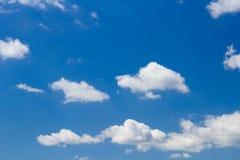 Blauwe hemel met gezwollen wolken Royalty-vrije Stock Foto's