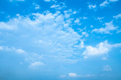 Blauwe hemel met grijze en witte wolk Royalty-vrije Stock Afbeeldingen