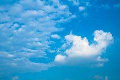 Blauwe hemel met grijze en witte wolk Royalty-vrije Stock Fotografie
