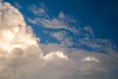 Blauwe hemel met grote sunshiny wolken stock afbeeldingen