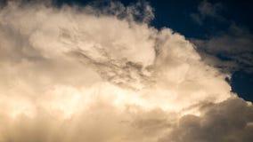 Blauwe hemel met grote sunshiny wolken stock afbeelding