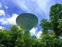 Blauwe hemel met grote watertank Stock Afbeeldingen