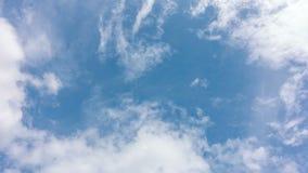 Blauwe hemel met grote witte wolk stock videobeelden