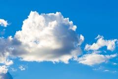 Blauwe hemel met grote wolk. Royalty-vrije Stock Afbeelding