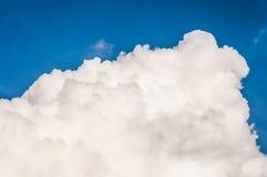 Blauwe hemel met grote wolk royalty-vrije stock fotografie