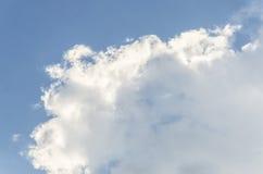Blauwe hemel met grote wolk en raincloud Royalty-vrije Stock Afbeeldingen