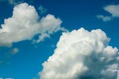 Blauwe Hemel met Grote Wolken Stock Foto