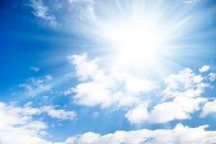Blauwe hemel met heldere zon Royalty-vrije Stock Foto