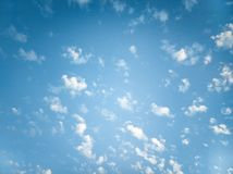 Blauwe hemel met kleine wolken royalty-vrije stock afbeeldingen