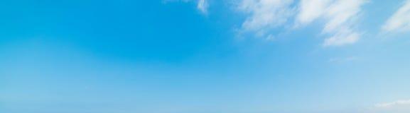 Blauwe hemel met kleine wolken in de lente stock foto