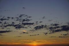 Blauwe hemel met kleine wolken na zonsondergang Zonsondergangtijd vandaag stock afbeeldingen