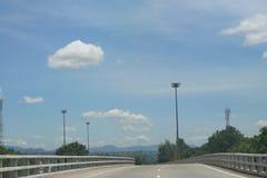 Blauwe hemel met lege weg Stock Afbeelding