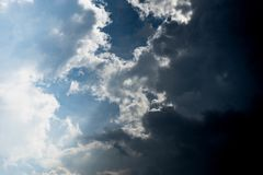 Blauwe hemel met lichte wolk en donkere wolk royalty-vrije stock afbeelding