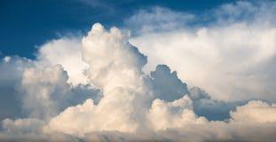 Blauwe hemel met mooie grote wolken stock afbeeldingen