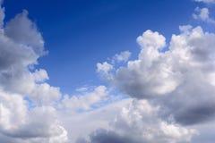 Blauwe hemel met onweerswolken De regenwolken worden verlicht door r Stock Foto