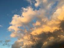 Blauwe hemel met onweerswolken het naderbij komen Royalty-vrije Stock Fotografie