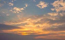Blauwe hemel met oranje wolken Stock Afbeelding