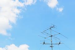 Blauwe hemel met oude TVantenne Stock Foto