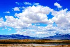 Blauwe hemel met peacefull katoenen wolken Royalty-vrije Stock Foto
