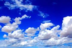 Blauwe hemel met peacefull katoenen wolken Stock Afbeeldingen