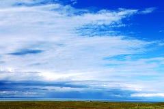 Blauwe hemel met peacefull katoenen wolken Royalty-vrije Stock Foto's