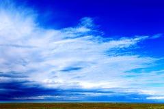 Blauwe hemel met peacefull katoenen wolken Royalty-vrije Stock Afbeeldingen