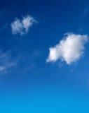 Blauwe hemel met pluizige witte wolken stock foto