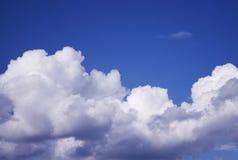 Blauwe hemel met pluizige wolken stock foto