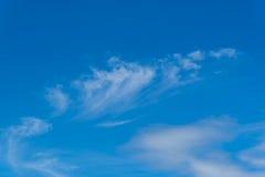 Blauwe hemel met pluizige wolken Royalty-vrije Stock Afbeelding