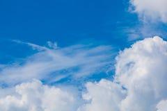 Blauwe hemel met pluizige wolken Royalty-vrije Stock Foto's