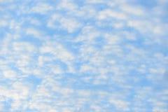 Blauwe hemel met pluizige wolken, close-upachtergrond Stock Fotografie